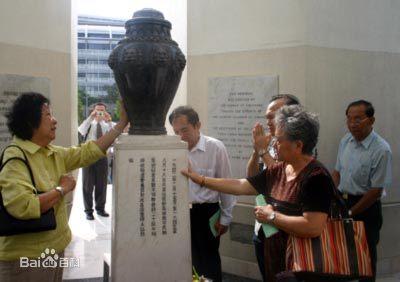 新加坡人民来到纪念碑前悼念死难的平民