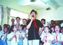 梁波罗与中山市杨仙逸小学师生共唱