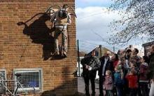 英国男子发明真空吸盘 变身蜘蛛侠墙上爬