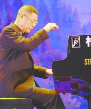刘诗昆先生演奏钢琴