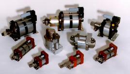 泵采用大直径气体活塞与小直径液压柱塞连接在一起的结构.图片