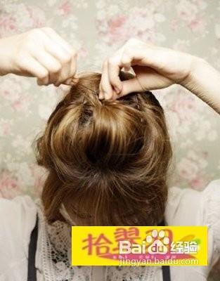 首先,这款短发怎么扎采用的是整体蓬松的扎法,将后脑勺部位的头发扎起图片