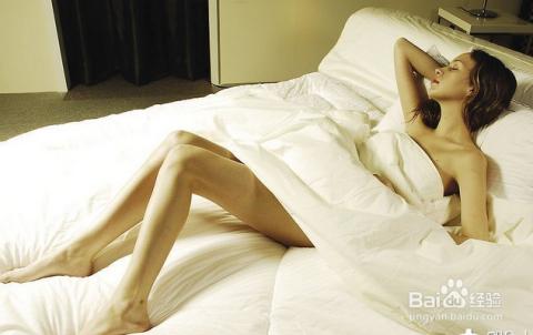 把被子或者枕头放在两腿之间夹住摩擦的方式达到高潮