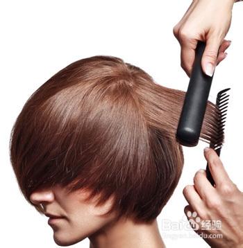 使用专业电夹板拉直头发:从颈部开始,将头发分为1cm厚的发片,使用专业图片