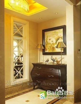 餐厅装修效果图   餐厅的餐桌和酒 一块正方形的吊顶散发出来的金黄