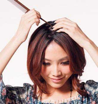 2 将头发的中线分成z字折线形分缝,避免发型显得呆板.图片
