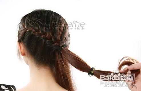 2 继续编. 3 束起马尾. 4 将马尾分出一束头发用发绳分成两节.图片