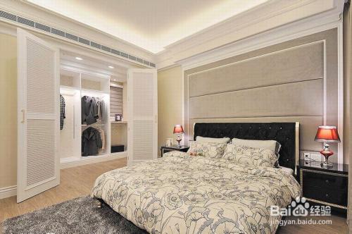主卧空间的设计,在床头的背景墙处,设计师用了绷皮造型墙面来隐藏床头图片