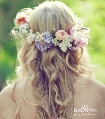 1 典雅风格的新娘鲜花头饰. 2 色彩感强烈的新娘经典发饰造型.图片