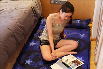 还在睡硬硬的老式木板床?最近流行柔软的充气床!舒适便携有情调图片