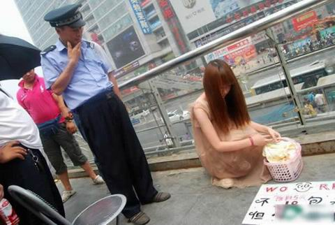 郑州两大美女大学生擦皮鞋!并不代表我们大学白上了