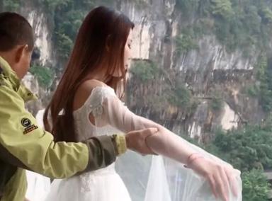 美女穿婚纱玩蹦极似下凡
