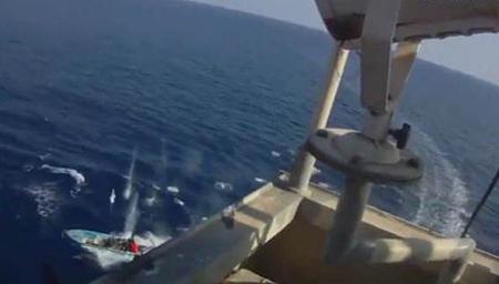 惊险!实拍美国货船遇海盗 开枪击退终脱险