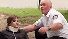 恶搞!世界最差医护员摔坏病人 看得好心疼
