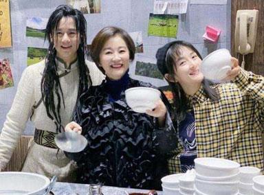 林青霞谢娜为张杰话剧捧场 三人后台聊天拥抱