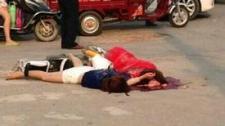 单身女性街头遭飞车抢夺 不慎摔倒当场死亡