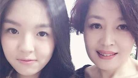李咏晒妻女照片 女儿身高已超爸貌美赛过妈