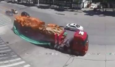 司机狂奔将车开到消防队扑救