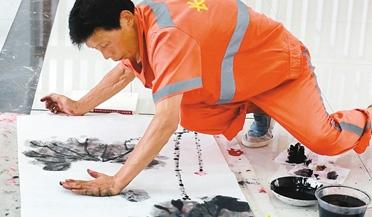 保洁员34年创作上万幅荷花手指画