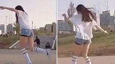 韩国美女在滑板上跳舞,简直太帅了