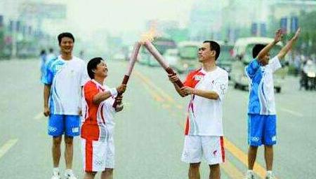 奥运火炬手做公益欠债 欲卖火炬被儿子制止
