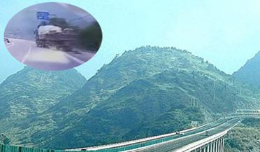 惊险!无人工程车冲向高架边缘