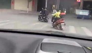 不足10岁小学生骑摩托车载人