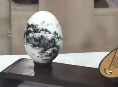 大叔在蛋壳上画山水图一年卖出上万颗