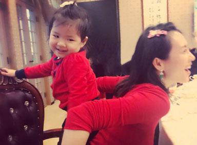 章子怡挺孕肚带醒醒练跆拳道 称腹中宝宝