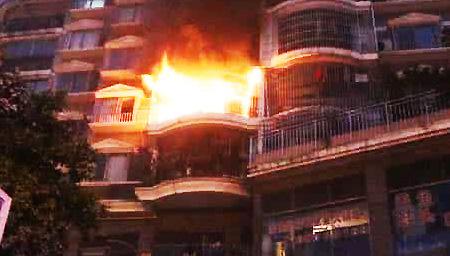 """公寓大火一家四口被困 男子把妻儿直接""""扔""""出窗外"""