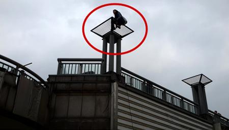 北京一女子跳天桥轻生 消防员十米高台凌空扑救