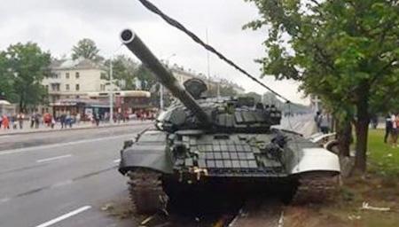实拍阅兵彩排坦克失控乱撞