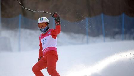 小伙子雪中滑滑雪板 被疾驰车辆撞飞