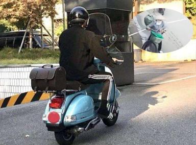 小伙在路上骑电动车被大妈一棍子挑下车