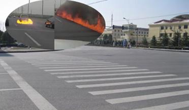 面包车突然起火点燃马路