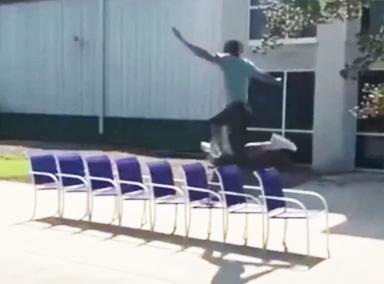 小哥纵身一跃跳过8张并排椅子