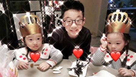 杨威一家为双胞胎女儿庆生