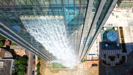 百米高楼中喷出瀑布