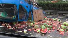 货车侧翻倒扣高速路上 3吨西瓜被摔烂