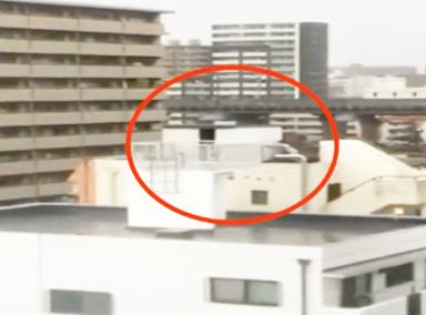 女子用雙臂固定房子對抗臺風