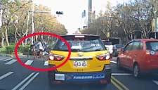 实拍美女过马路被车撞惊魂一幕 行车需谨慎!