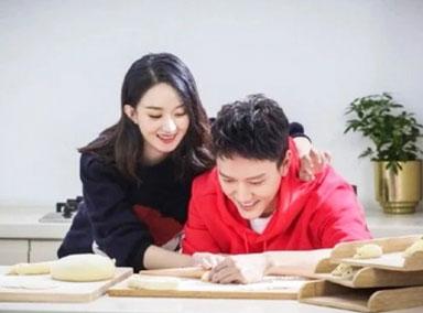 赵丽颖与冯绍峰包饺子,夫妻俩嬉闹太甜了