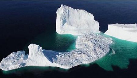 加州惊现45米高的巨型冰山 再次上演泰坦尼克
