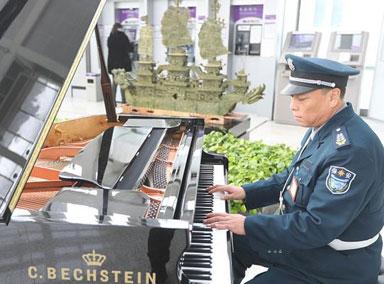 银行保安大叔弹奏钢琴走红