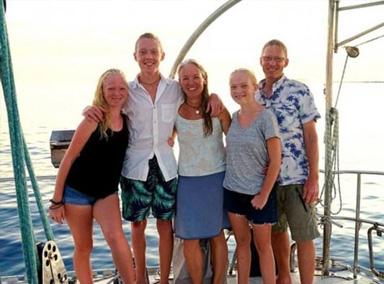 美国五口之家海上航行十年