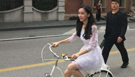 Baby街头骑单车照曝光