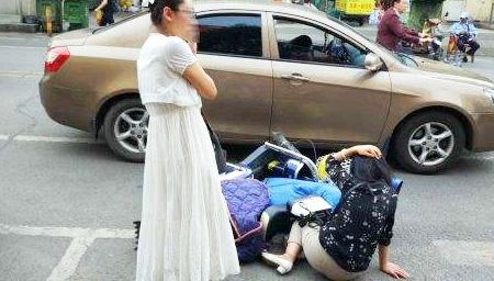 丈夫驾车幽会小三被妻子撞破 遭拖行后再被碾压