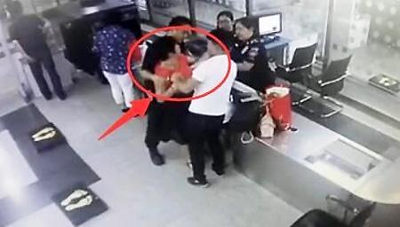 女子称扫安检仪会死 殴打女安检:你心肠好歹毒