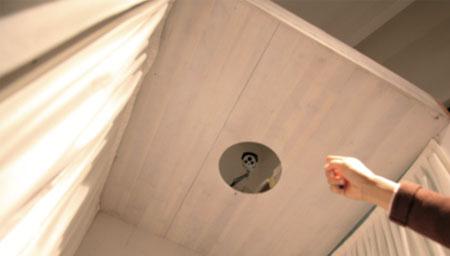 女子在家中安装摄像头