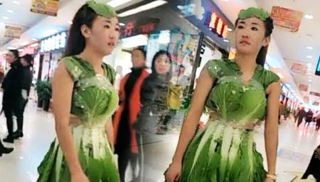 任性美女身穿白菜逛街